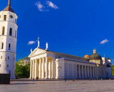 IŠ LAIKINOSIOS Į DABARTINĘ SOSTINĘ SU SPEKTAKLIU (Kaunas > Vievis > Vilnius (Prezidentūra, Katedros požemiai, Valdovų rūmai) > Kaunas)